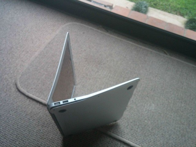 macbook air tombe avion 2 - Insolite : un MacBook Air survit à une chute d'un avion