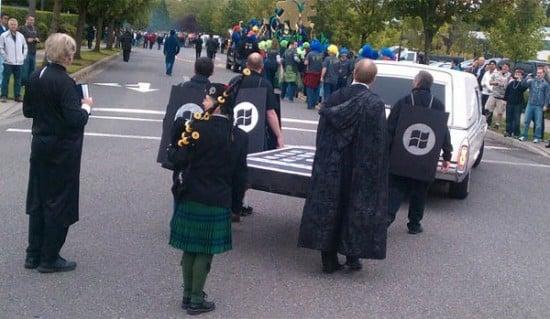 microsoft parade - Microsoft enterre l'Iphone lors d'une parade funèbre