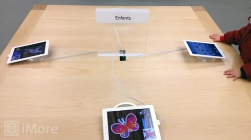 applestoreipads 500x278 -  Des tables et des iPads pour les enfants dans les Apple Store.