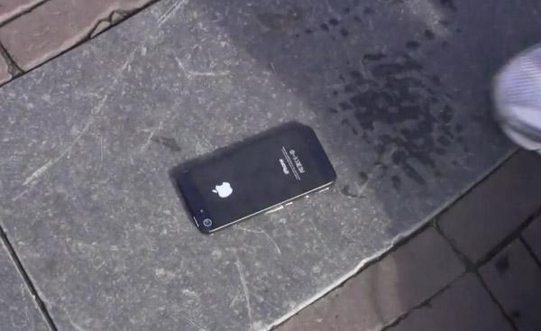 Insolite : un iPhone 5 collé au sol à Amsterdam !