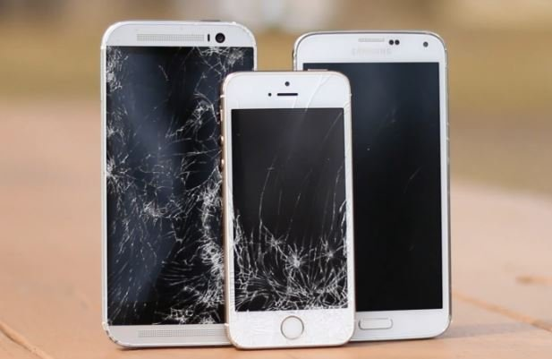 iPhone 5S vs HTC One M8 vs Galaxy S5 : drop test