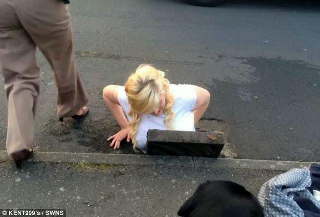 Insolite : elle perd son iPhone et reste coincée dans un égout