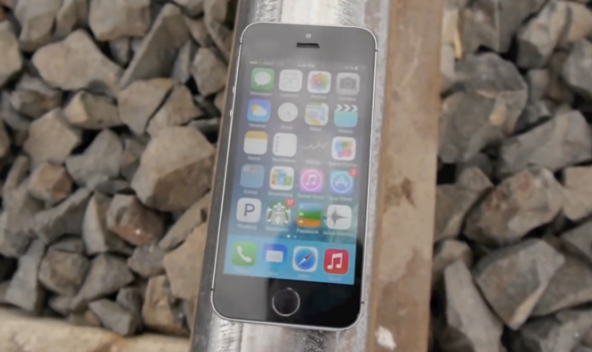 Insolite : deux iPhone 5S écrasés par un train