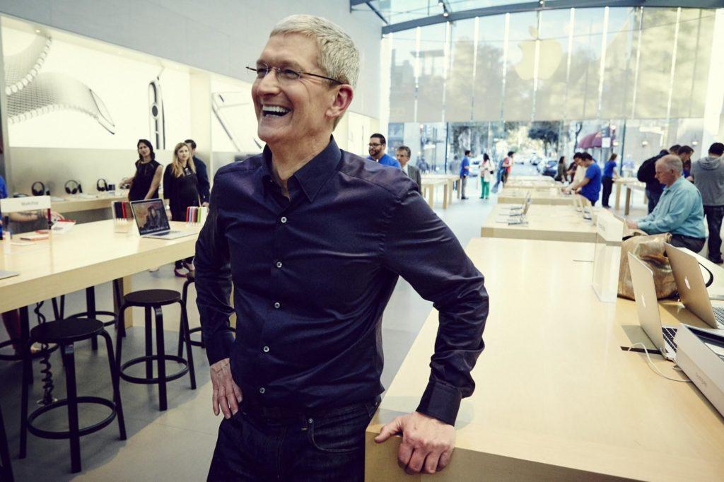 tim cook 1024x682 - Apple : 515 000 dollars pour un déjeuner avec Tim Cook