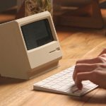 Elago M4 : un support qui transforme l'iPhone en Mac de 1984