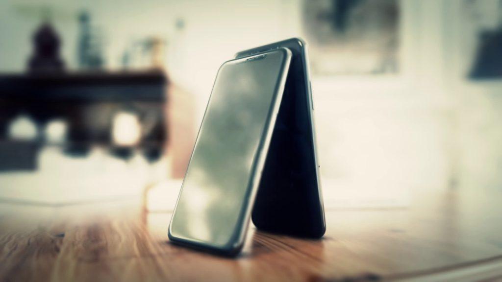 iphone 8 rendu traces doigts hajek 1024x576 - Insolite : un rendu vidéo de l'iPhone 8 avec des traces de doigts