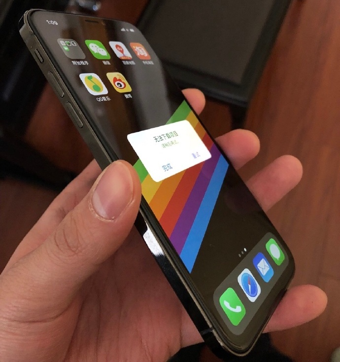 Leak Photo iPhone SE 2 - iPhone SE 2 : une vidéo d'un supposé modèle iPhone X-like
