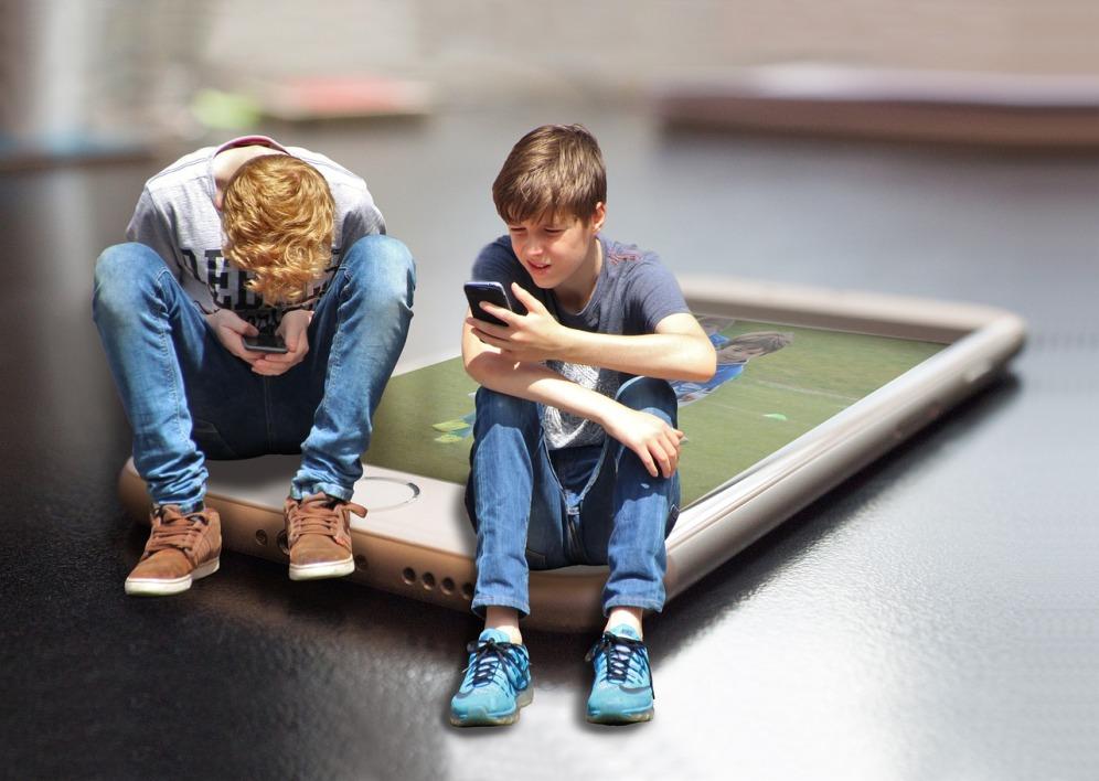 """enfant ecran - """"Pas d'écran avant 3 ans"""" : le Sénat veut limiter l'exposition des enfants"""