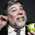 Wozniak With Earbuds 150x150 - Apple : vers un iPhone pliable avec écran chauffant ?