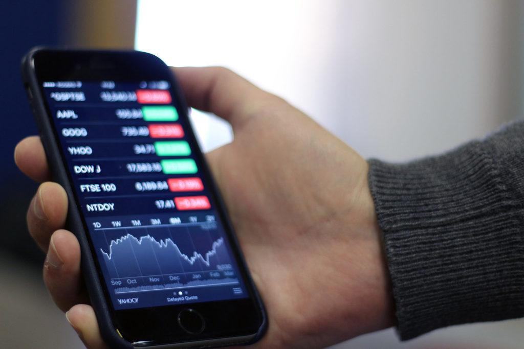 bourse iphone smartphone 1024x683 - Comment gérer ses investissements financiers sur son smartphone en 2019?