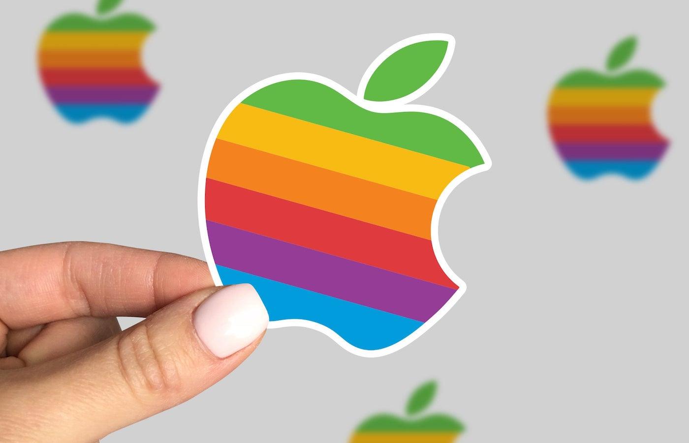 """Apple Logo Arc en Ciel - Un Russe porte plainte contre Apple pour l'avoir """"rendu gay"""""""