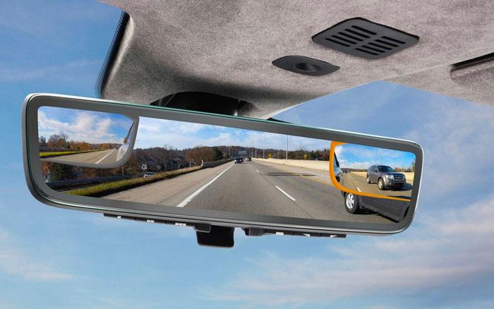 Aston Martin présente un rétroviseur triple affichage et anti-angles morts