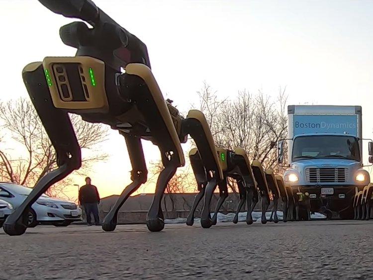 spotmini - Une meute de robots-chiens déplace un camion de plusieurs tonnes