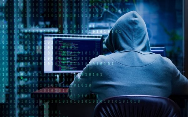 hacker e1582621731457 - Après avoir volé les données de célébrités, des pirates exigent 42 millions de dollars de rançon