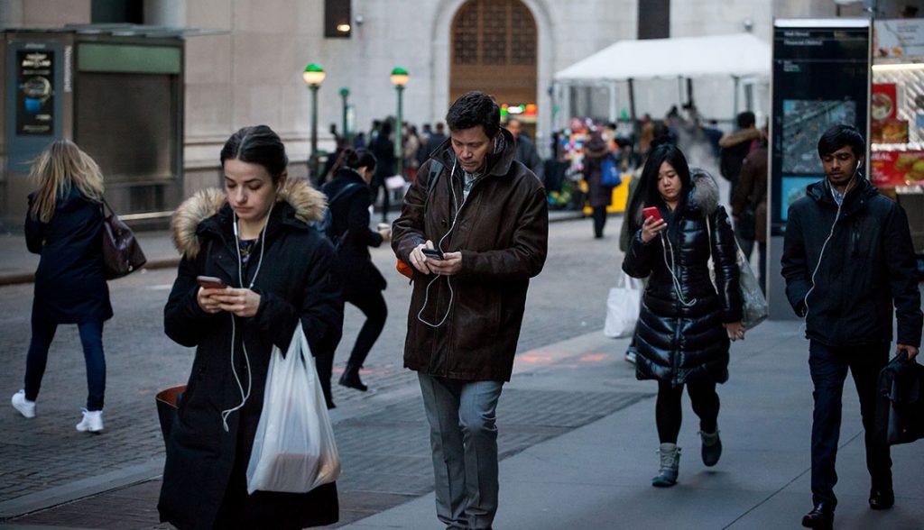 Passants Regardent Smartphones Rue 1024x588 1 - Une ville japonaise interdit l'utilisation du smartphone en marchant